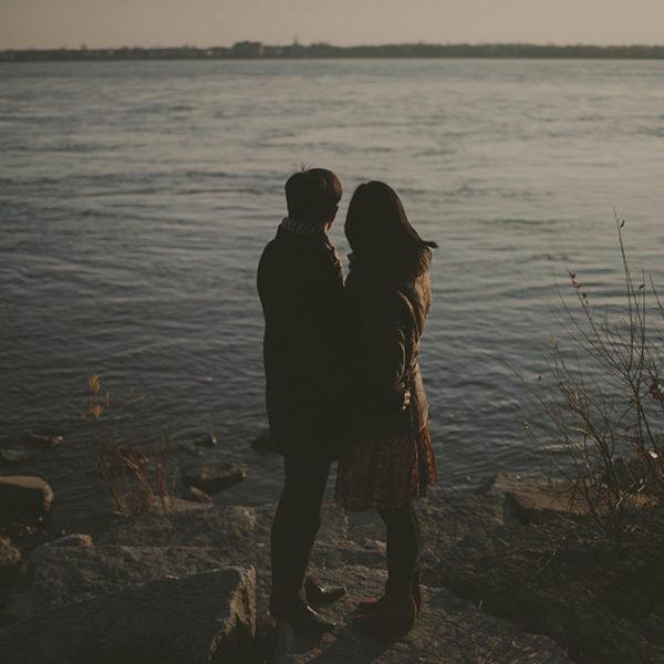 coucher du soleil sur le fleuve et moulin à vent